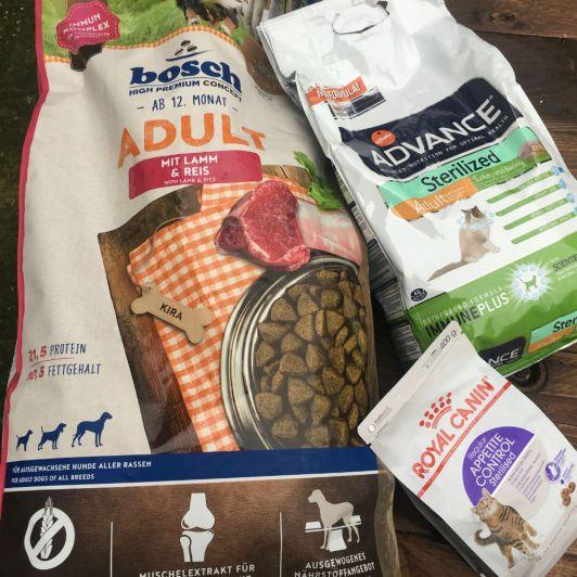 Un anonyme nous a envoyé une commande avec ces sacs de bonne nourriture pour chat et chien. Il n'y avait pas de nom marqué, si c'est vous, contactez-nous, on aimerait vous remercier !