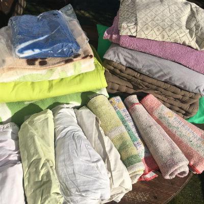 M. & Mme Pourrat nous ont fait parvenir ces textiles extrêmement utiles pour garder autant d'animaux bien chauds et surtout au propre (nous avons beaucoup d'incontinents...)