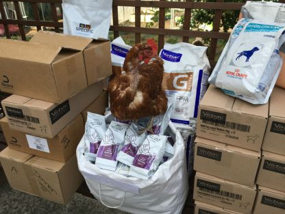 Une nouvelle maxi collecte de Nathalie... Jeanne la poulette inspectionne les croquettes 😁 Merci !